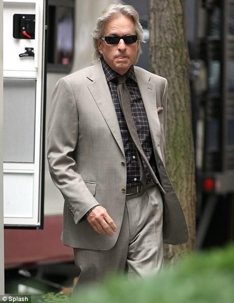 Michael Douglas torna a vestire i panni di Gordon Gekko in Money Never Sleeps