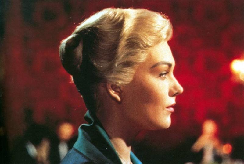 Il profilo di Kim Novak in una scena del film La donna che visse due volte ( 1958 )