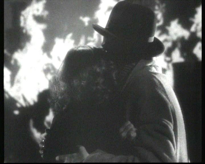 Laurence Olivier e Joan Fontaine abbracciati in una scena del film Rebecca, la prima moglie ( 1940 )