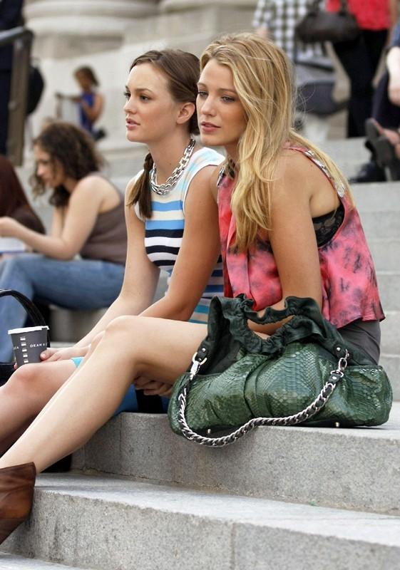 Leighton Meester e Blake Lively sulla scalinata in una scena dell'episodio The Freshmen di Gossip Girl