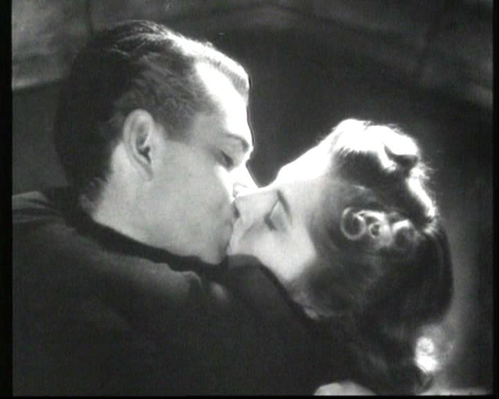 Un bacio appassionato tra Joan Fontaine e Laurence Olivier in Rebecca, la prima moglie