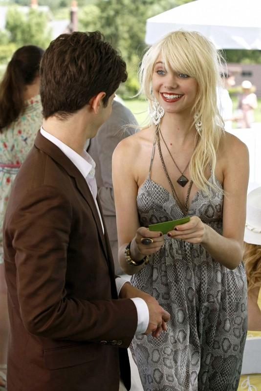 Una sorridente Jenny (Taylor Momsen) parla con Eric (Connor Paolo) nell'episodio Reversals of Fortune di Gossip Girl
