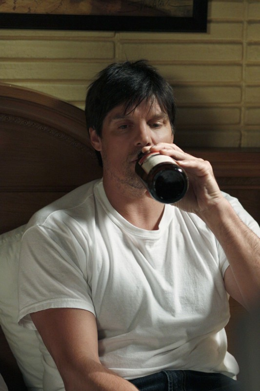 Paul Johansson affoga i suoi dispiaceri nell'alcool nell'episodio Hold My Hand As I'm Lowered di One Tree Hill