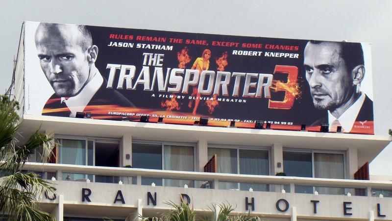 Un grande banner pubblicitario per il film Transporter 3