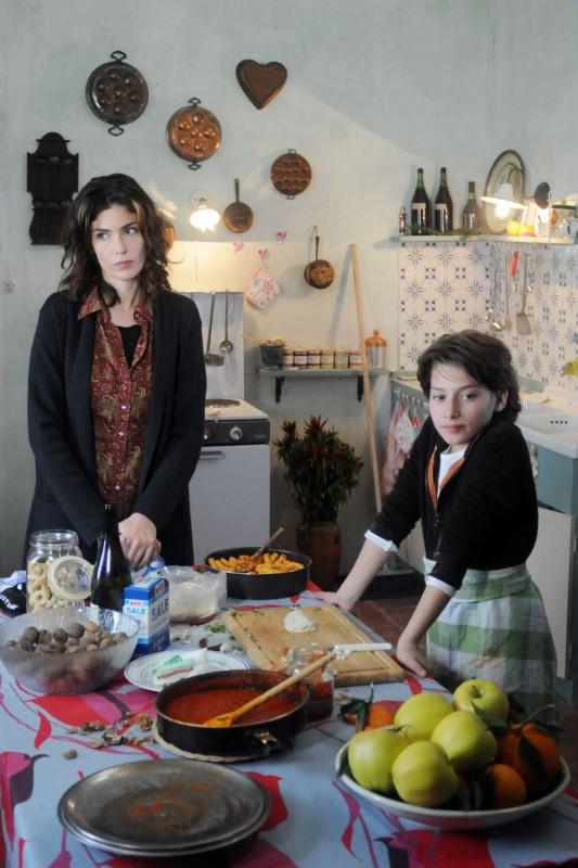Anna Valle e la piccola Celeste Cuppone in un'immagine della terza stagione della serie tv Nebbie e delitti