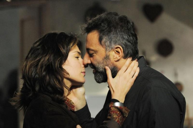 Anna Valle e Luca Barbareschi in una romantica immagine della terza stagione della serie tv Nebbie e delitti