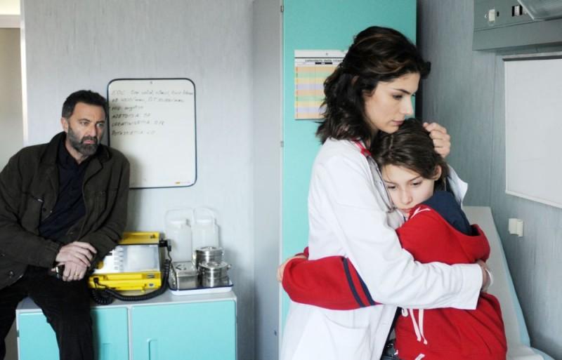 Luca Barbareschi, Anna Valle e Celeste Cuppone in una scena della terza stagione della serie tv Nebbie e delitti