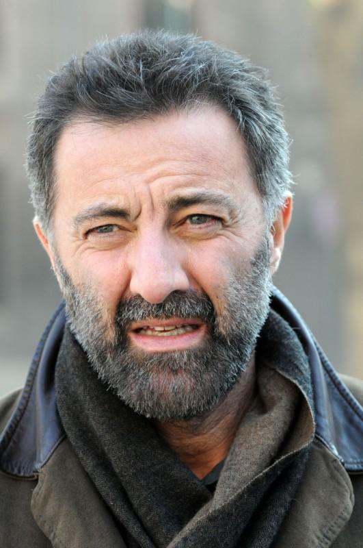 Un primo piano di Luca Barbareschi, protagonista della serie tv Nebbie e delitti nel ruolo del Commissario Soneri