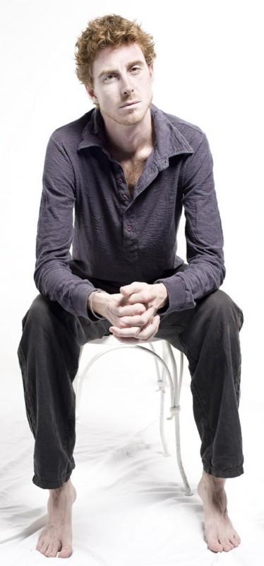 Una nuova foto delll\'attore Adriano Braidotti a piedi nudi