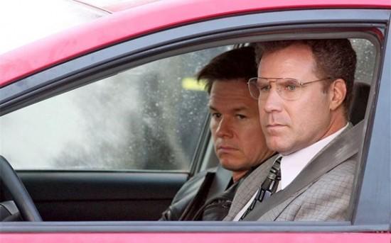 Will Ferrell e Mark Wahlberg in un appostamento in una scena di The Other Guys