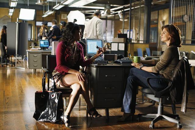 Elizabeth Ho e Stana Katic in una scena dell'episodio Deep in Death di Castle