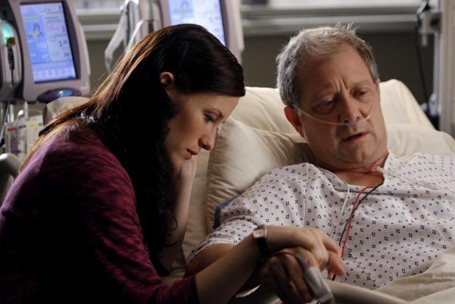 Jeff Perry e Chyler Leigh in una scena dell'episodio Tainted Obligation di Grey's Anatomy