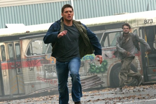 Jensen Ackles in una scena d'azione dell'episodio The End di Supernatural