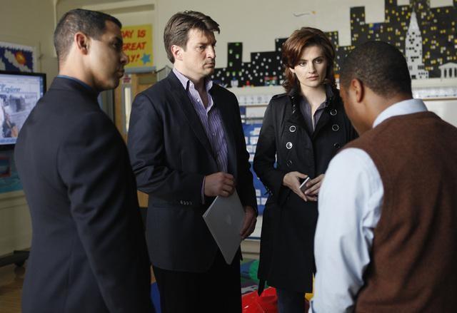 Jon Huertas, Stana Katic e Nathan Fillion in una scena dell'episodio Fool Me Once di Castle