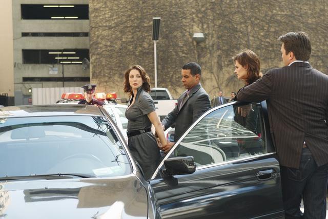 Jon Huertas, Stana Katic e Nathan Fillion nell'episodio Fool Me Once di Castle