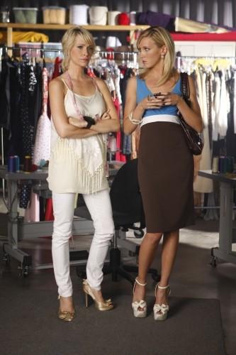 Josie Bissett e Katie Cassidy in una scena dell'episodio Vine di Melrose Place