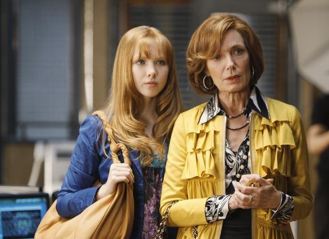 Molly Quinn e Susan Sullivan in una scena dell'episodio Deep in Death di Castle