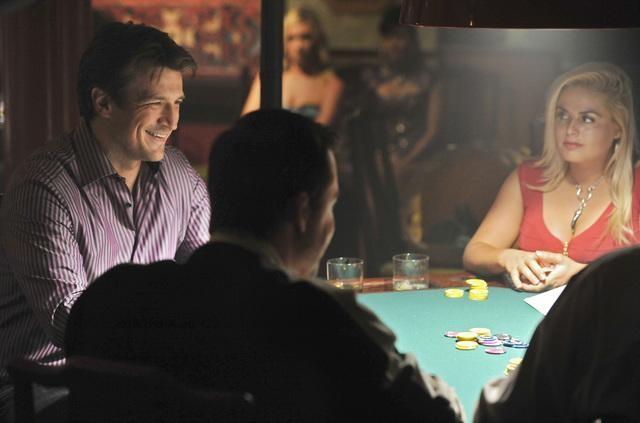 Nathan Fillion al tavolo da gioco nell'episodio Deep in Death di Castle
