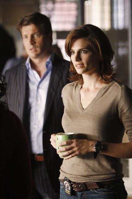 Nathan Fillion e Stana Katic in una scena dell'episodio Deep in Death di Castle