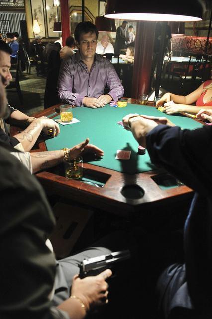 Nathan Fillion in una foto di scena dell'episodio Deep in Death di Castle