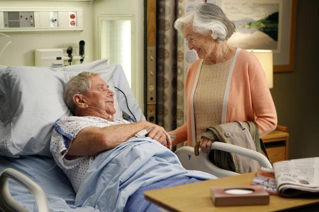 Ralph Waite in una scena dell'episodio Tainted Obligation di Grey's Anatomy