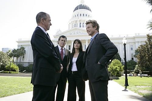 Robin Tunney, Simon Baker e Gregory Itzen in una scena dell'episodio Scarlet Letter di The Mentalist