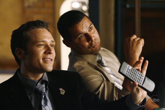 Seamus Dever e Jon Huertas in una scena dell'episodio The Double Down di Castle