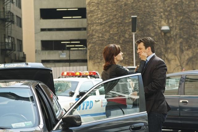 Stana Katic e Nathan Fillion in una foto di scena dell'episodio Fool Me Once di Castle