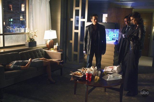 Stana Katic, Seamus Dever e Jon Huertas in una scena dell'episodio The Double Down di Castle