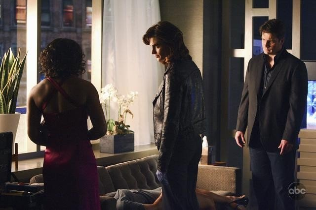 Tamala Jones, Stana Katic e Nathan Fillion in una scena dell'episodio The Double Down di Castle