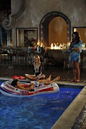 Una scena in piscina dell'episodio Vine di Melrose Place