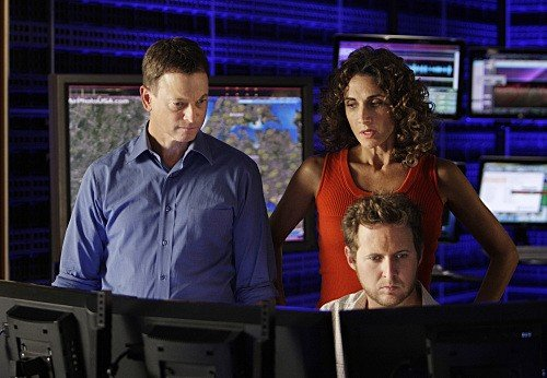 AJ Buckley, Melina Kanakaredes e Gary Sinise in una scena dell'episodio Blacklist Featuring Hangman di CSI New York