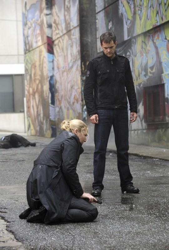 Anna Torv e Joshua Jackson in una scena dell'episodio Momentum Deferred di Fringe