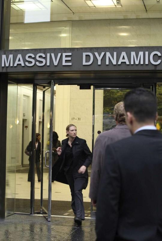 Anna Torv esce dalla sede della Massive Dynamics nell'episodio Momentum Deferred di Fringe