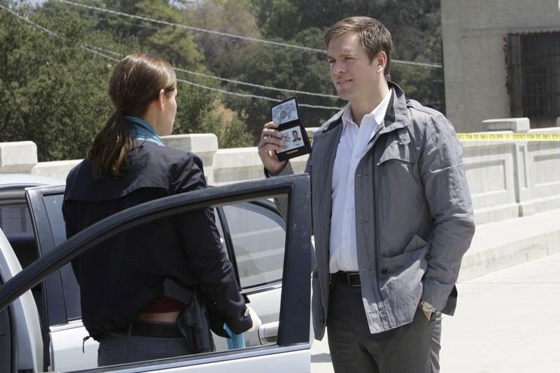 Anthony DiNozzo (Michael Weatherly) mostra il distintivo nell'episodio The Inside Man di Navy NCIS