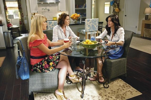 Christa Miller, Courteney Cox e Busy Philipps in un momento dell'episodio Don't Do Me Like That di Cougar Town