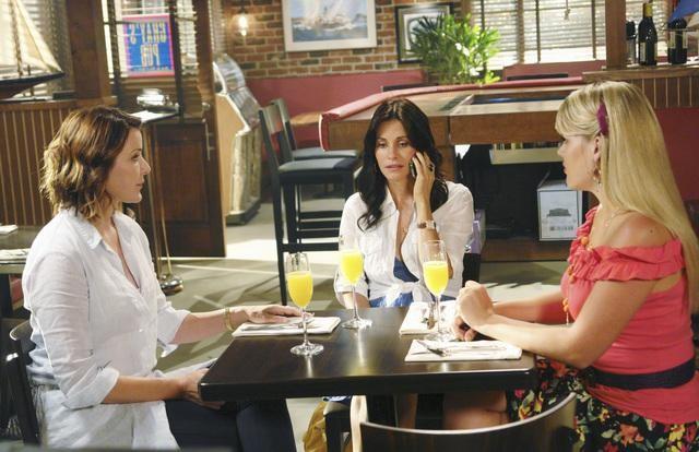 Christa Miller, Courteney Cox e Busy Philipps in una scena dell'episodio Don't Do Me Like That di Cougar Town