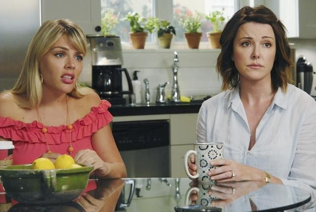 Christa Miller e Busy Philipps in una scena dell'episodio Don't Do Me Like That di Cougar Town