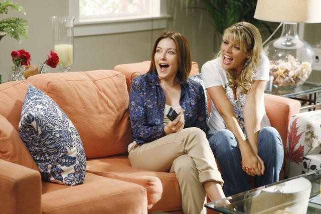 Christa Miller e Busy Philipps in una scena dell'episodio I Won't Back Down di Cougar Town
