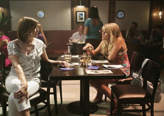 Christa Miller e Busy Philipps in una scena dell'episodio Into The Great Wide Open di Cougar Town