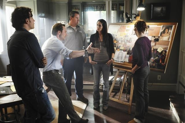 Christian Slater, Michelle Borth e Bob Stephenson in una scena dell'episodio Parachute Jane di The Forgotten