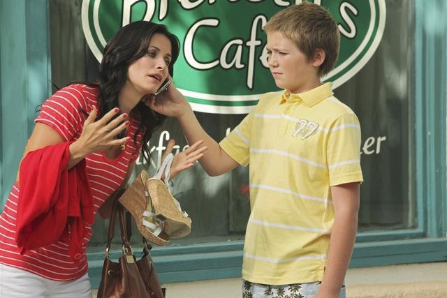 Courteney Cox e Brennan Bailey in una scena dell'episodio Don't Do Me Like That di Cougar Town