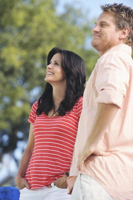 Courteney Cox e Brian Van Holt in una scena dell'episodio Don't Do Me Like That di Cougar Town