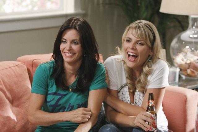 Courteney Cox e Busy Philipps in una scena dell'episodio I Won't Back Down di Cougar Town