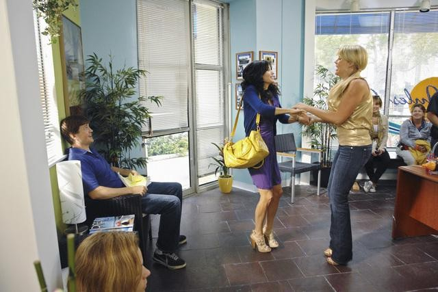 Courteney Cox e Busy Philipps nell'episodio Don't Do Me Like That di Cougar Town