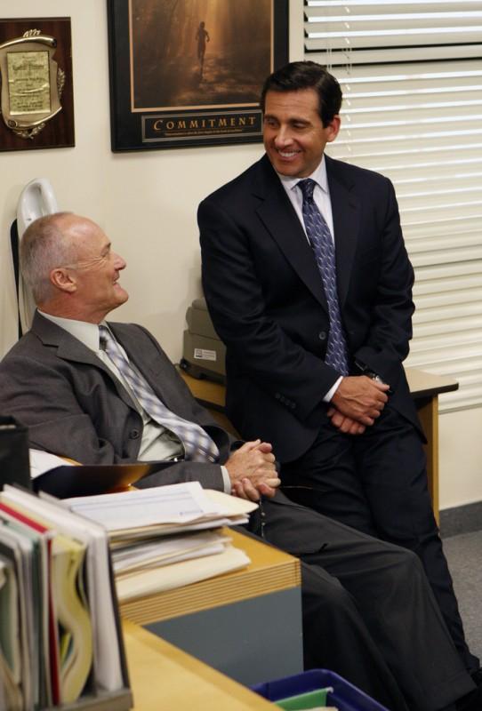Creed Bratton e Steve Carell in una scena dell'episodio Gossip della serie The Office