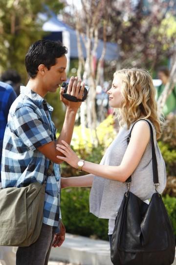 Danny Pudi e Gillian Jacobs in una scena dell'episodio Introduction to Film della serie Community