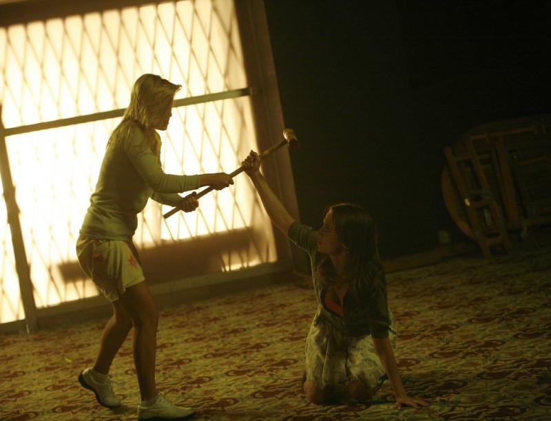 Eliza Dushku e Tara Holt nell'episodio Belle Chose della serie Dollhouse