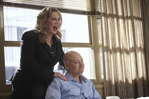 Evan Handler e Kathleen Turner in una scena dell'episodio Wish You Were Here di Californication