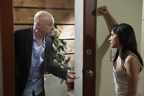 Evan Handler e Pamela Adlon in una scena dell'episodio Wish You Were Here di Californication